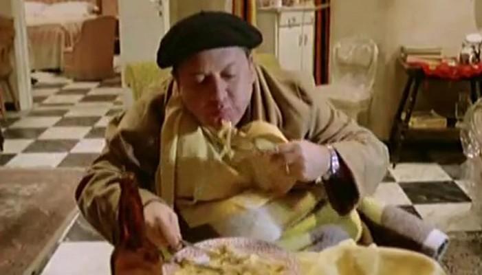 Il Ragionier Ugo Fantozzi (Paolo Villaggio) attende con impazienza l'Inghilterra