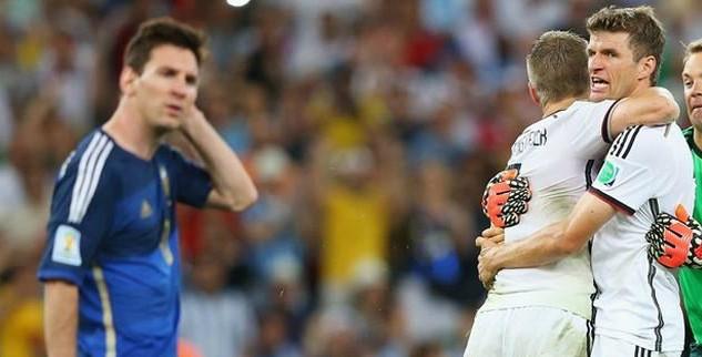 I calciatori tedeschi si abbracciano e Messi è deluso