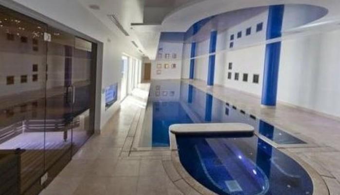 L'interno di casa Balotelli con piscina (Corriere dello Sport)