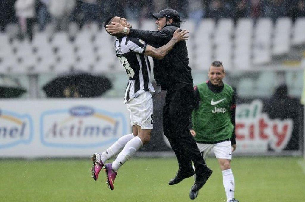 Antonio Conte esulta con Arturo Vidal